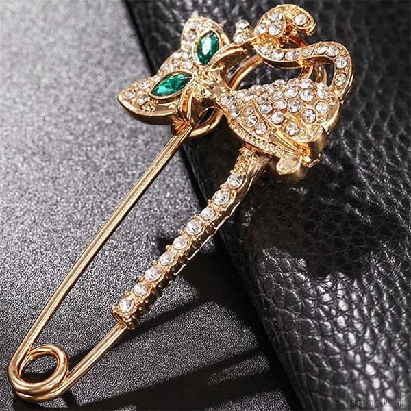 Broche-epingle-a-nourrice-fantaisie-doree-forme-chat-yeux-verts-en-strass